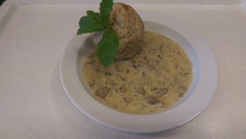 Rahmchampignons mit Semmelknödel, Salat und Dessert