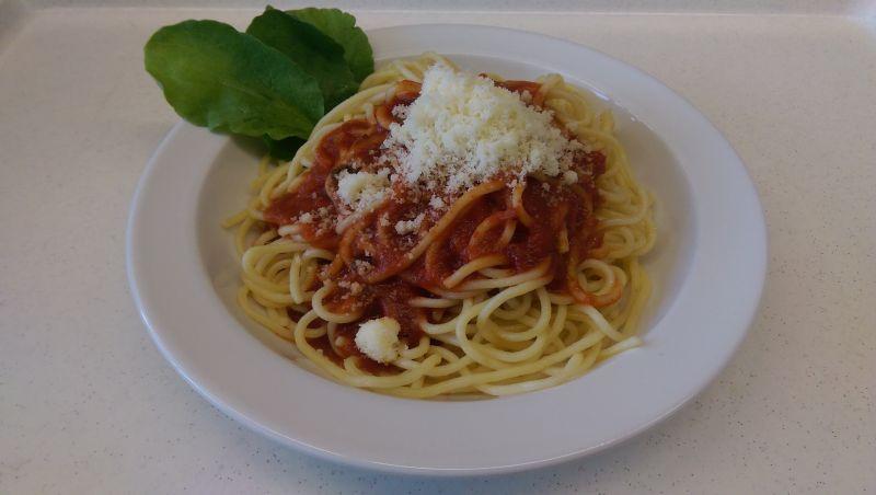 Spaghetti mit Tomatensoße und Parmesan, dazu Salat und Dessert