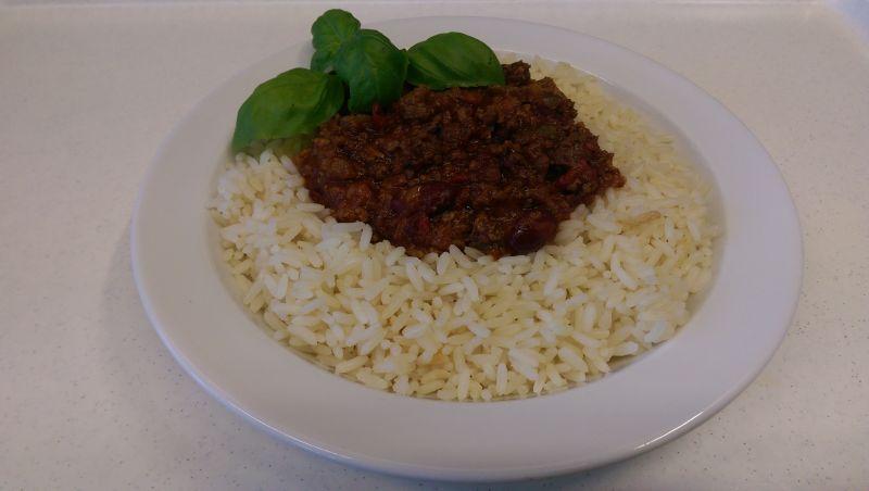 Mildes Chili con Carne mit Reis , Salat und Dessert