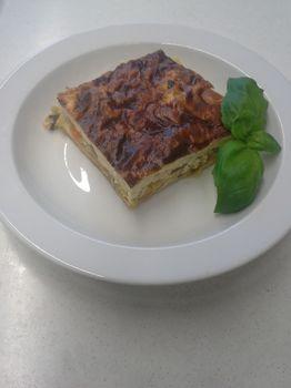 Gemüsequiche mit Salat und Dessert