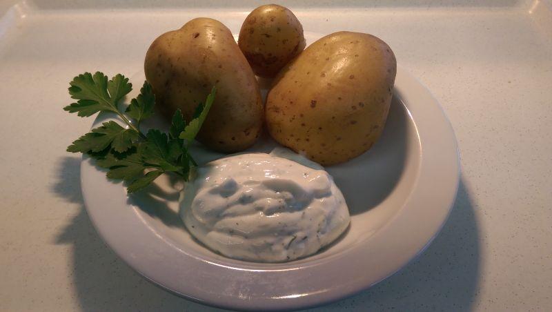 Pellkartoffeln mit Kräuterquark und Rohkost, dazu Salat und Dessert