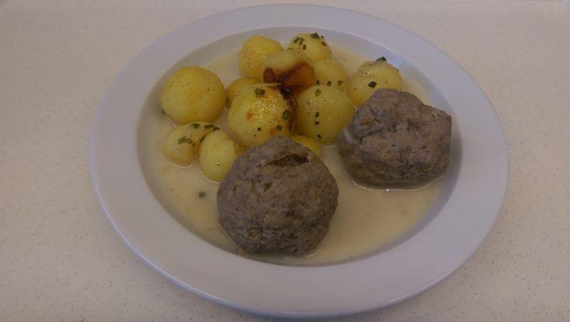 Königsberger Klopse (Fleischknöderl in weißer Soße) mit Kartoffeln, Salat und Dessert