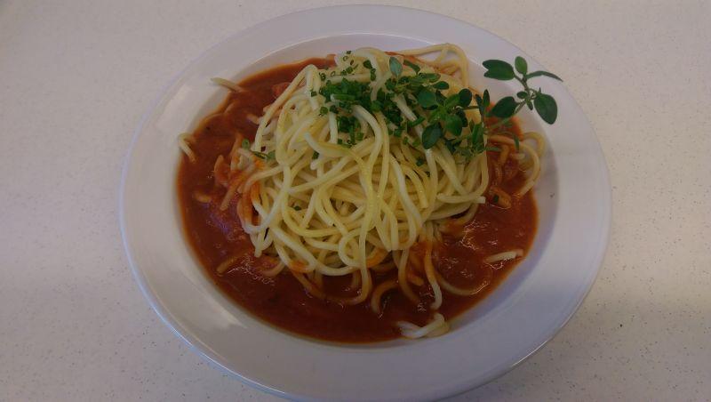 Spaghetti Bolognese mit Salat und Dessert