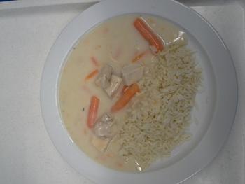 Hühnerfrikassée mit Reis, Salat und Dessert