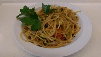 Asiatische Nudelpfanne mit Hähnchenbruststreifen und Sprossen, Salat und Dessert