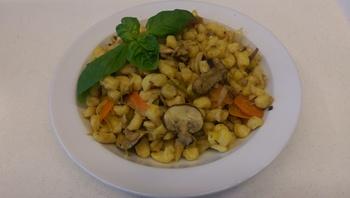 Spätzle - Gemüsepfanne mit  Salat und Dessert