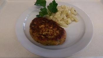 Tiroler Kaspressknödel mit Kohlrabigemüse, Salat und Dessert