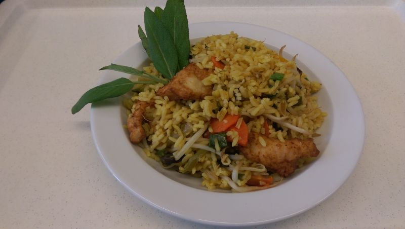 Reispfanne mit gebratenen Hähnchenbruststreifen, Salat und Dessert