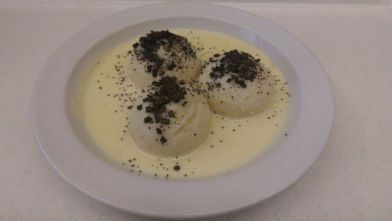 Zwetschgenknödel mit Vanillesoße, Salat und Dessert