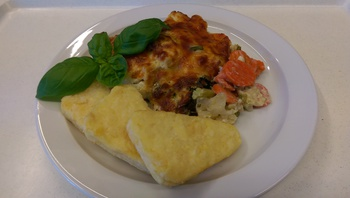 Rösti mit überbackenem Kaisergemüse , Salat und Dessert