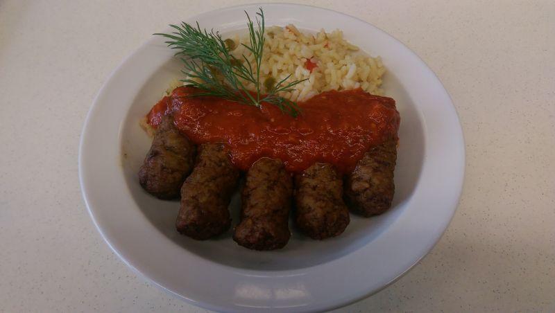 Cevapcici mit buntem Reis und Tomatensoße, Salat und Dessert