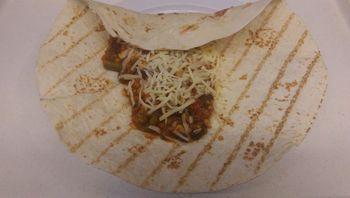 Tortillawraps mit Gemüsechili und Käse gefüllt , dazu Salat und Dessert