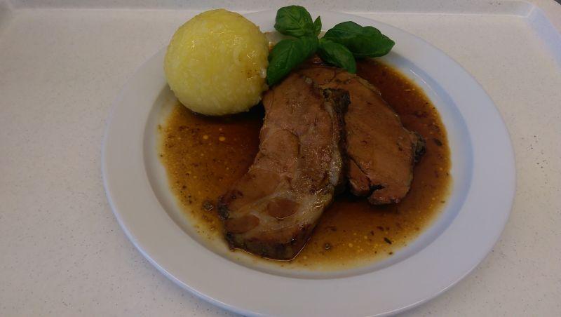 Schweinebraten  mit Kartoffelknödel, Salat und Dessert