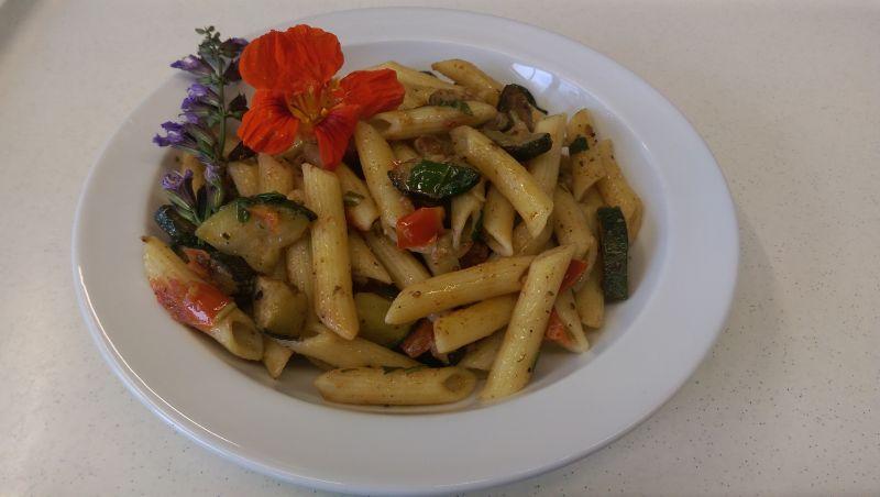 Penne mit Pepperonata (bunte Paprika und Tomaten) und Parmesan, Salat und Dessert