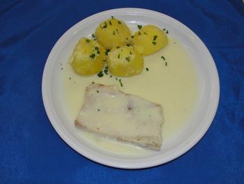 Gedünstetes Fischfilet in Zitronenbuttersoße