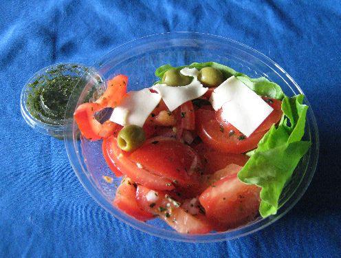 Tomaten-Mozzarella-Salat mit Oliven und Basilikum