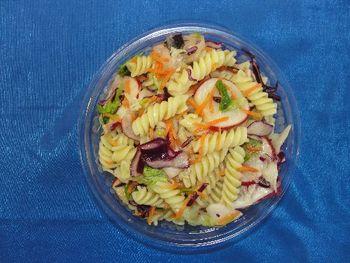 Bauernsalat mit Nudeln und Knoblauch