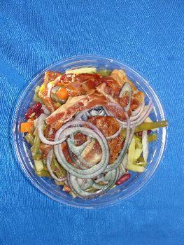 Gemischter Bohnensalat mit roten Zwiebeln und Schinken
