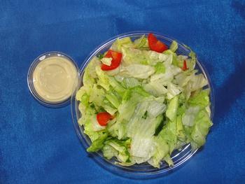 Salatbox mit Eier-Senf-Dressing