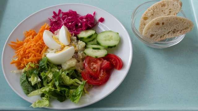 Salatteller Tagesangebot mit Dressing nach Wahl
