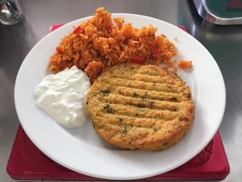 Hirsebratlinge mit Gemüsereis, Ajvar und Tzaziki