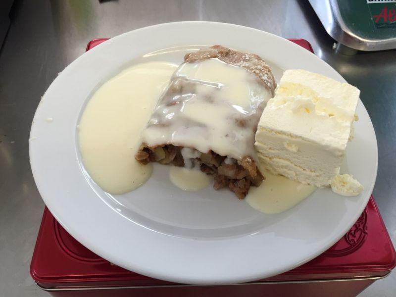 Apfelstrudel mit Eis und Vanillesoße