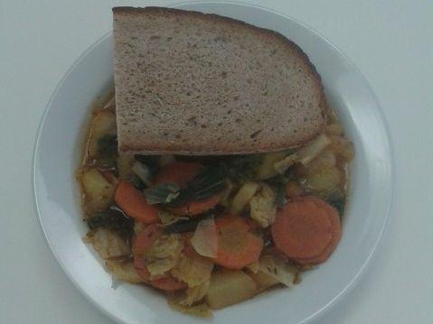 Bunter Gemüseeintopf mit Brot