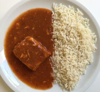 Alaska-Seelachs in Tomatensoße mit Reis