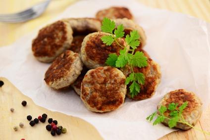 Geflügel-Hackbällchen in Rahmsoße mit Bio-Nudeln und Salat