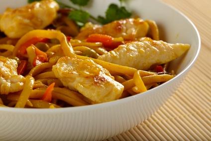 """""""Bami-Goreng"""" gebratene Nudeln mit Hähnchen,Gemüse und Salat"""