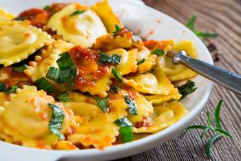 Raviolini Verdura mit Tomatensoße ,Parmesan und Salat