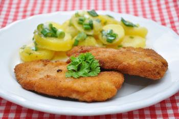 Hähnchenschnitzel paniert mit Röstkartoffeln und Salat