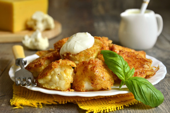 Gebackener Blumenkohl mit Kartoffeln ,Kräuterdip und Salat