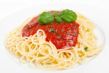 Bio-Spaghetti mit Tomaten-Zucchinisoße , Parmesan und Salat