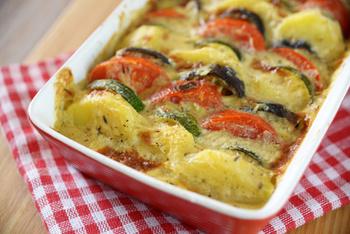 Mediterraner Kartoffel-Gemüseauflauf und Salat