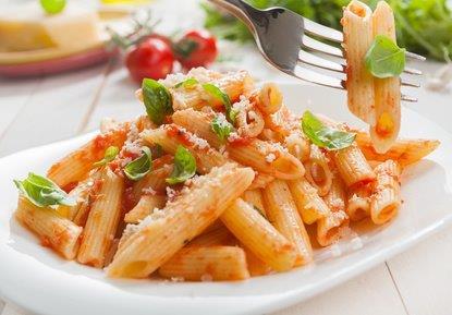 Bio-Jerelli mit Tomaten-Zucchinisoße , Parmesan und Salat