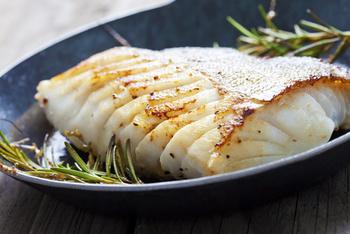 Seelachsfilet natur gebraten an Senf-Kräutersoße mit Petersilienkartoffeln und Salat
