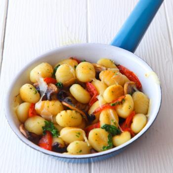 Gemüse-Gnocchi mit Käse-Sahnesoße und Salat