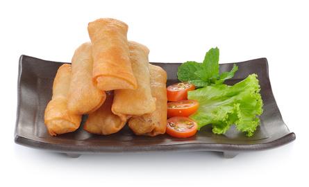 Mini-Frühlingsrollen vegetarisch mit Reis,süß-sauer Soße und Salat