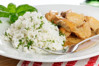 Putengeschnetzeltes mit  Champignons, Reis und Salat