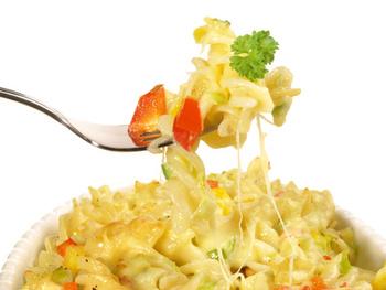 Bunter Gemüse-Nudel Auflauf mit Käse überbacken und Salat