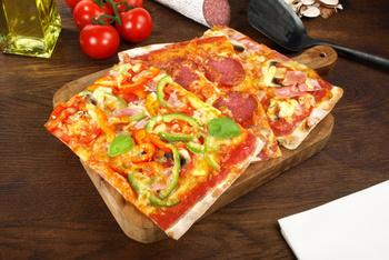 """Pizza """"Margherita"""" und Salat"""