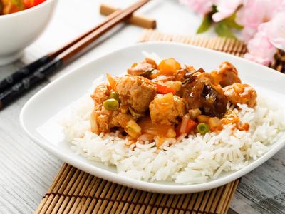 Hähnchen-Currypfanne mit Ananas, Reis und Salat