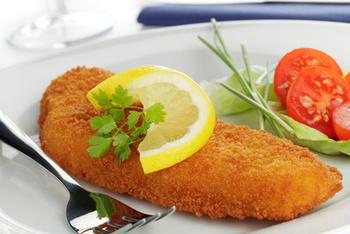 Seelachsfilet paniert mit Butterkartoffeln,Remoulade und Salat