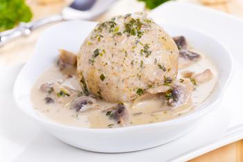 Pilzragout in Rahm mit Semmelknödel und Salat
