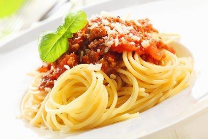 Bio-Spaghetti mit Sauce Bolognese, Parmesan und Salat