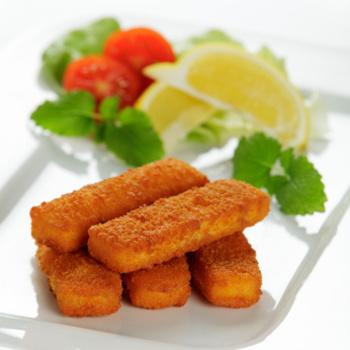Jumbo-Fischstäbchen in Reispoppanade mit Kartoffelpüree und Salat