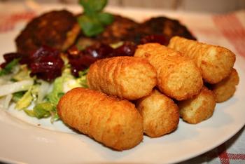 Rinderrahmgulasch mit Kroketten und Salat