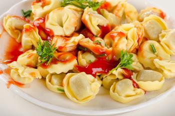 Tortellini Formaggio mit fruchtiger Tomatensoße, Parmesan und Salat