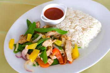 Asia-Hähnchenpfanne mit Wok-Gemüse, Reis und Salat